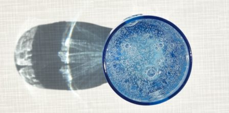 pohár minerálky